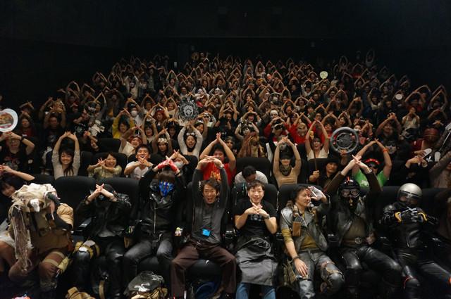 劇場スタッフ、花俟氏の呼びかけで最後はみんなで記念撮影。「マッドマックス」