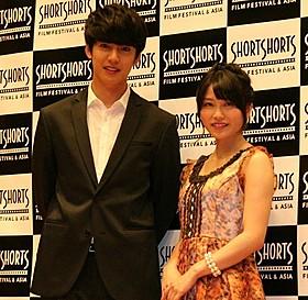 互いに恋心を抱き合う幼なじみの男女を演じた横山由依と大野拓朗「9つの窓」