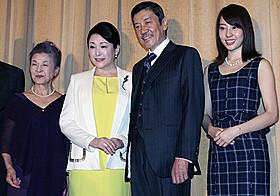 舞台挨拶を盛り上げた松坂慶子、奥田瑛二ら「ベトナムの風に吹かれて」
