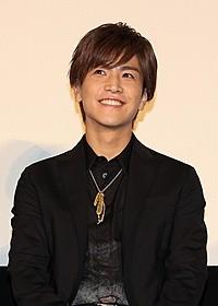 笑顔を見せる岩田剛典