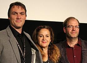 (左から)ロバート・バドロー監督、プロデューサーの ジェニファー・ジョナス、デビッド・ブレイド