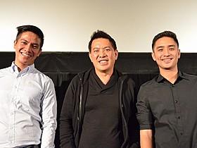 (左から)ロレト・F・カスティリョ、 ブリランテ・メンドーサ監督、アーロン・リベラ「罠 被災地に生きる」