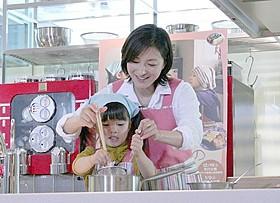 完成記念イベントに出席した広末涼子と赤松えみなちゃん「はなちゃんのみそ汁」