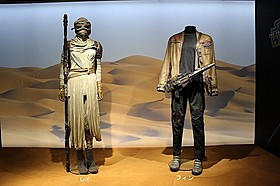 撮影に使用されたレイ(左)&フィンの衣装「スター・ウォーズ フォースの覚醒」