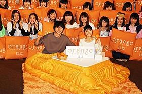 部屋着&こたつでリラックスムードの土屋太鳳と山崎賢人「orange オレンジ」