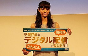 新川優愛も登場し、デジタル配信の利点を語った