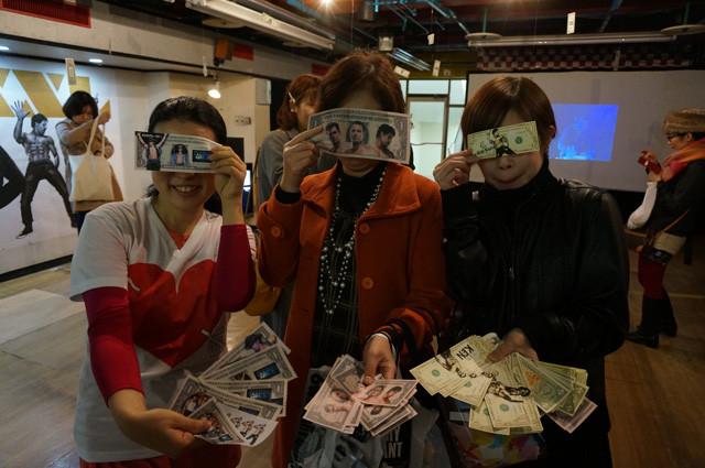 イベントで撒きまくるべくドル札を作ってきた札束職人のみなさん。「マジック・マイクXXL」