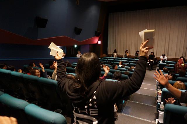 会場内では札束職人の方々が自主的にドル札を配っていて、観客側の準備も万端。「マジック・マイクXXL」