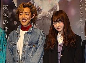 舞台挨拶に立った金子理江(右)「いいにおいのする映画」