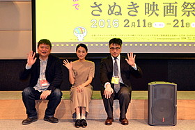 舞台挨拶に立った(左から)本広克行 ディレクター、安藤輪子、山内ケンジ監督「友だちのパパが好き」