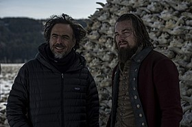 撮影の合間のアレハンドロ・ゴンサレス・イニャリトゥ監督と レオナルド・ディカプリオ「レヴェナント 蘇えりし者」