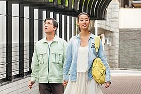 主演する川平慈英と、共演のすみれ「手をつないでかえろうよ シャングリラの向こうで」