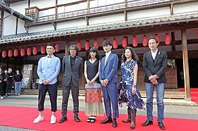 八千代座前に集った行定勲ディレクター、 橋本愛、高良健吾ら「うつくしいひと」