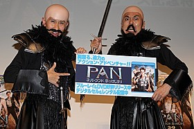 ヒュー・ジャックマンになりきったアンガールズ「PAN ネバーランド、夢のはじまり」