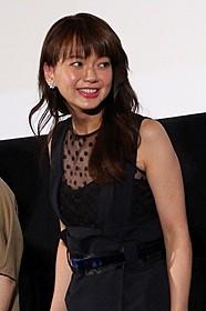 志賀廣太郎を唯一フォローした 多部未華子(中央)「あやしい彼女」