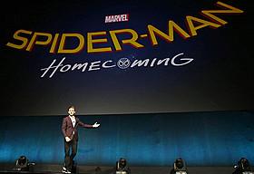 新「スパイダーマン」のタイトルとロゴを発表するトム・ホランド「スパイダーマン」