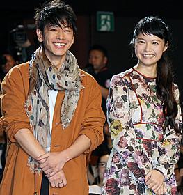 舞台挨拶に立った佐藤健と宮崎あおい「世界から猫が消えたなら」