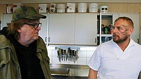 受刑者の後ろのナイフにヒヤヒヤのマイケル・ムーア監督「マイケル・ムーアの世界侵略のススメ」