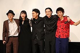 (左から)真利子哲也監督、小松菜奈、柳楽優弥、 菅田将暉、村上虹郎「ディストラクション・ベイビーズ」