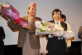 友情を確かめ合った伊藤敏朗監督(右)と主演のガネス・マン・ラマ「カトマンズに散る花」