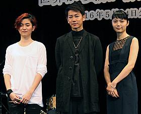 主題歌を披露した新人のHARUHIと サプライズで登壇した佐藤健&宮崎あおい「世界から猫が消えたなら」