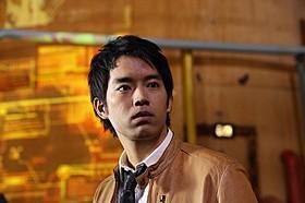 ジャーナリスト役に扮する三浦貴大「キューティーハニー(1974)」