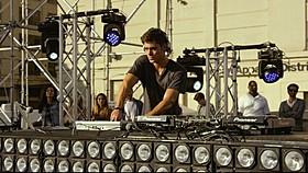 ザック・エフロンが若手DJに「WE ARE YOUR FRIENDS ウィー・アー・ユア・フレンズ」
