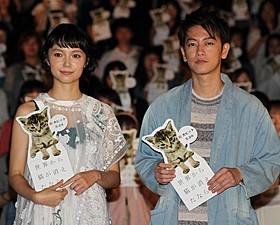 佐藤健(右)と宮崎あおい「世界から猫が消えたなら」