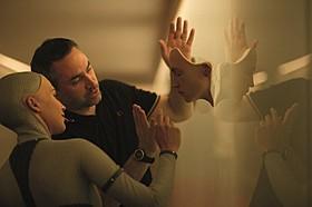 打ち合わせ中のアレックス・ ガーランド監督とアリシア・ビカンダー「エクス・マキナ」