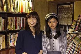 酒井麻衣監督(左)と原菜乃華「いいにおいのする映画」