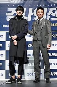 「華麗なるリベンジ」で共演する ファン・ジョンミン(右)とカン・ドンウォン「華麗なるリベンジ」