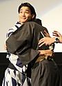 野村周平&賀来賢人、定年後の再共演を誓いハグ「65歳あたりで(笑)」