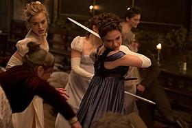 リリー・ジェームズが剣を手にゾンビと戦う!「高慢と偏見とゾンビ」