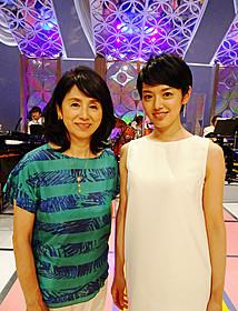 親子であることを公表した 手塚真生(右)と朝加真由美