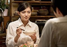渚の野菜調理を好きになっていくマキを演じた川口春奈「にがくてあまい」