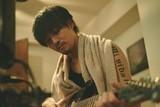 松坂桃李が緑髪&タトゥーのバンドマンに!主演作「キセキ」場面写真初披露