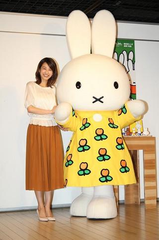 子どもたちと触れ合って笑顔の加藤綾子アナ