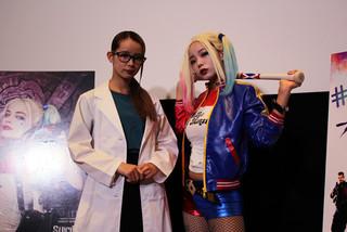 ハーリーン・クインゼル博士に扮した mim(左)とハーレイ・クイン姿のmam「スーサイド・スクワッド」