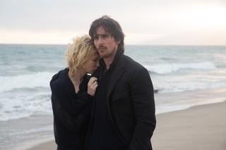 海辺にたたずむクリスチャン・ベールとケイト・ブランシェット「聖杯たちの騎士」