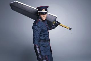 巨大な斬馬刀振るう鷹峯誠一郎役に「曇天に笑う」