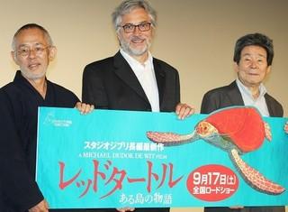高畑勲監督、鈴木敏夫プロデューサーに 挟まれ喜ぶマイケル・デュドク・ドゥ・ ビット監督「岸辺のふたり」