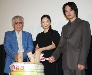 舞台挨拶を盛り上げた(左から) 東陽一監督、常盤貴子、池松壮亮「だれかの木琴」