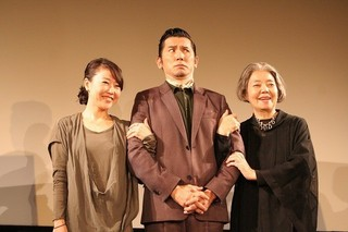 義母と西川監督との腕組みショットにおどける本木雅弘「永い言い訳」