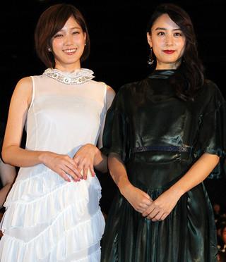 舞台挨拶に立った本田翼と山本美月「少女」