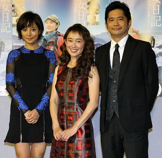 会見した工藤夕貴(中央)と共演の 萩原聖人、夏菜