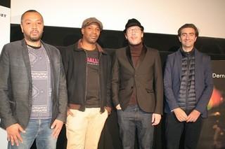 会見した(左から)モハメド・ブロクバ監督、 エクエ・ラビティ監督、レダ・カティブ、 ブノア・ドブー「パリ、ピガール広場」