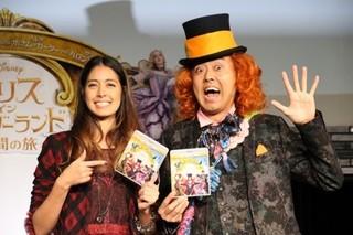 森泉と一緒に劇中キャラクターを 意識した衣装で登場「アリス・イン・ワンダーランド」