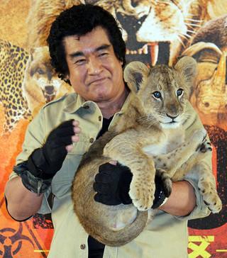 子ライオンに首筋を 引っかかれた藤岡弘、「仮面ライダー1号」