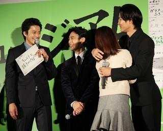 ファンとハグをする野村周平(右)「ミュージアム」