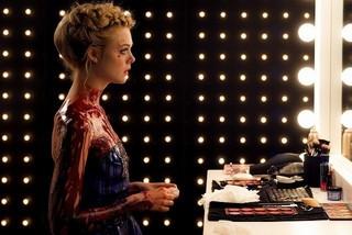血まみれで役を演じるエル・ファニング「ネオン・デーモン」